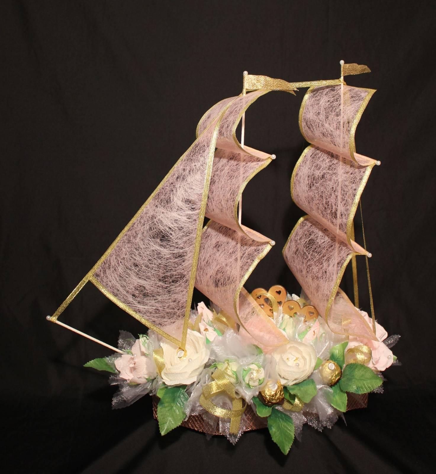 Фото корабля из цветов